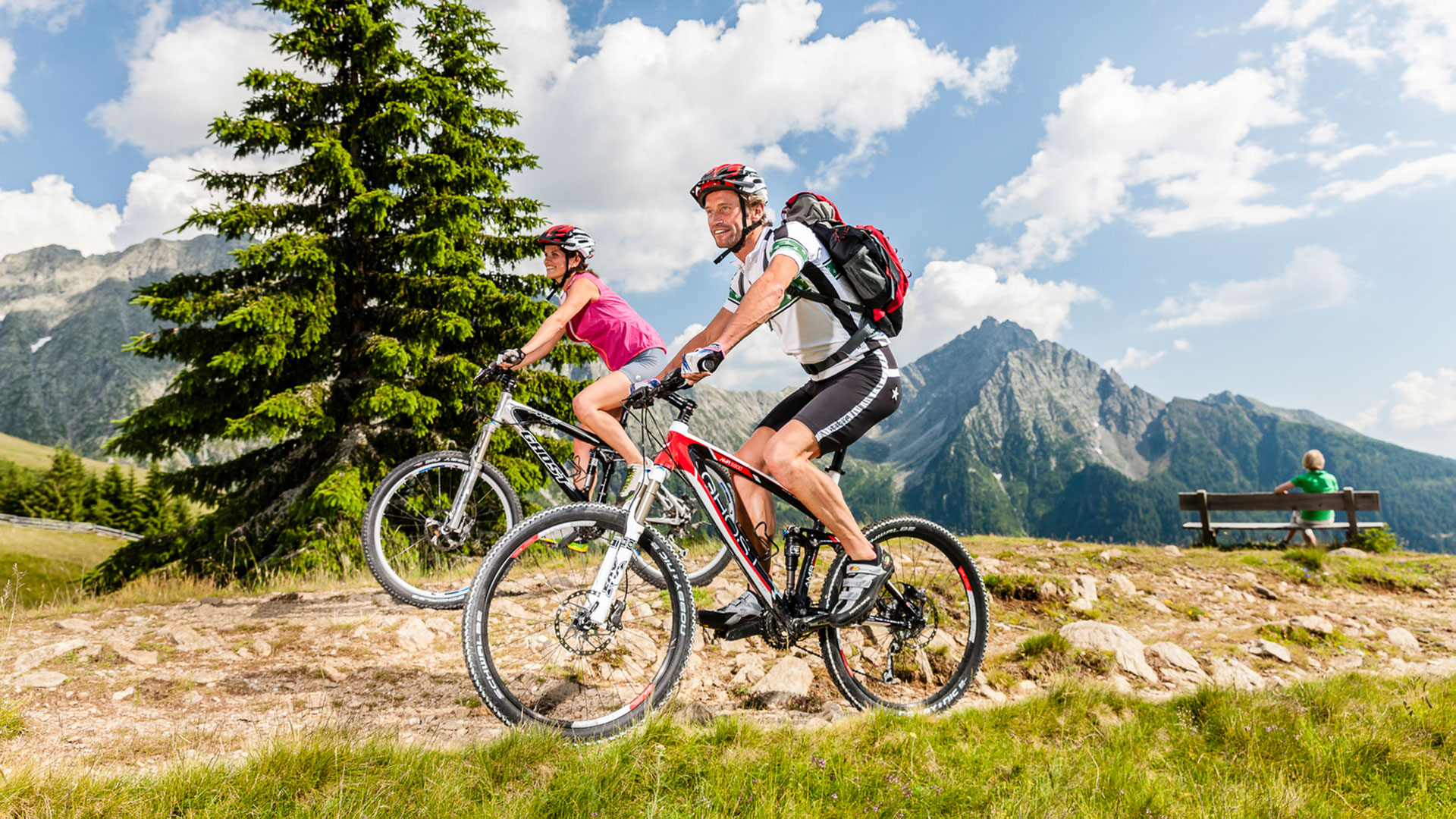Un uomo e una donna fanno un tour in mountain bike sul monte Cervina